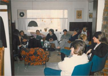 Frá stofnfundi Íslensk-lesbíska á Hótel Vík árið 1985. Elísabet í sófanum í bleikum jakka.