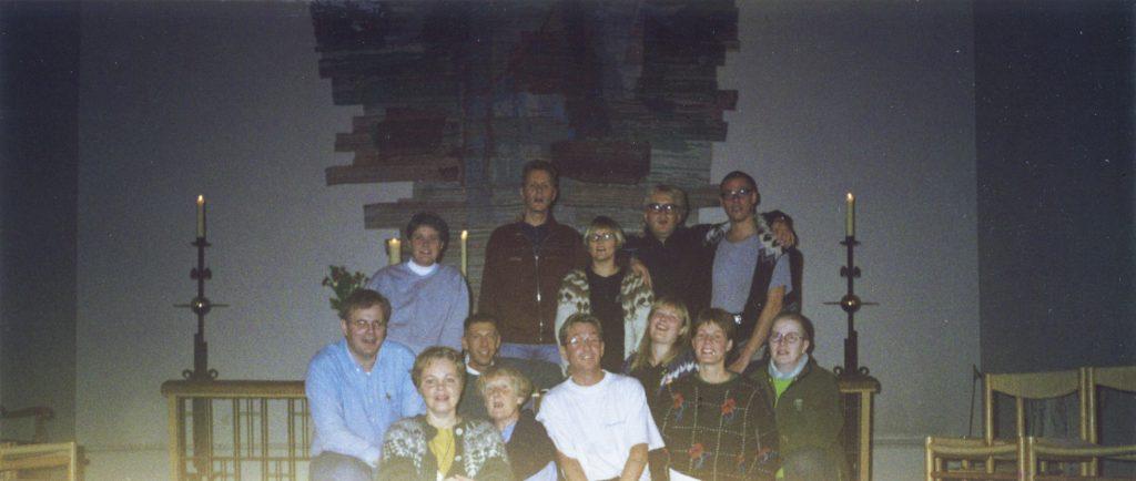 Hluti af Trúarhópnum í Skálholti árið 1996. Með þeim er Ragnhildur Sverrisdóttir djákni og fræðslufulltrúi á Biskupsstofu og prestarnir Gunnar Rúnar Matthíasson og Auður Eir Vilhjálmsdóttir.